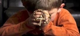 stellamatutina-bimbo-con-rosario-in-preghiera